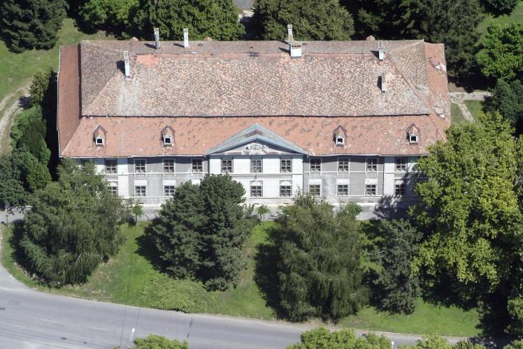 Főtéri kastély, régi vár